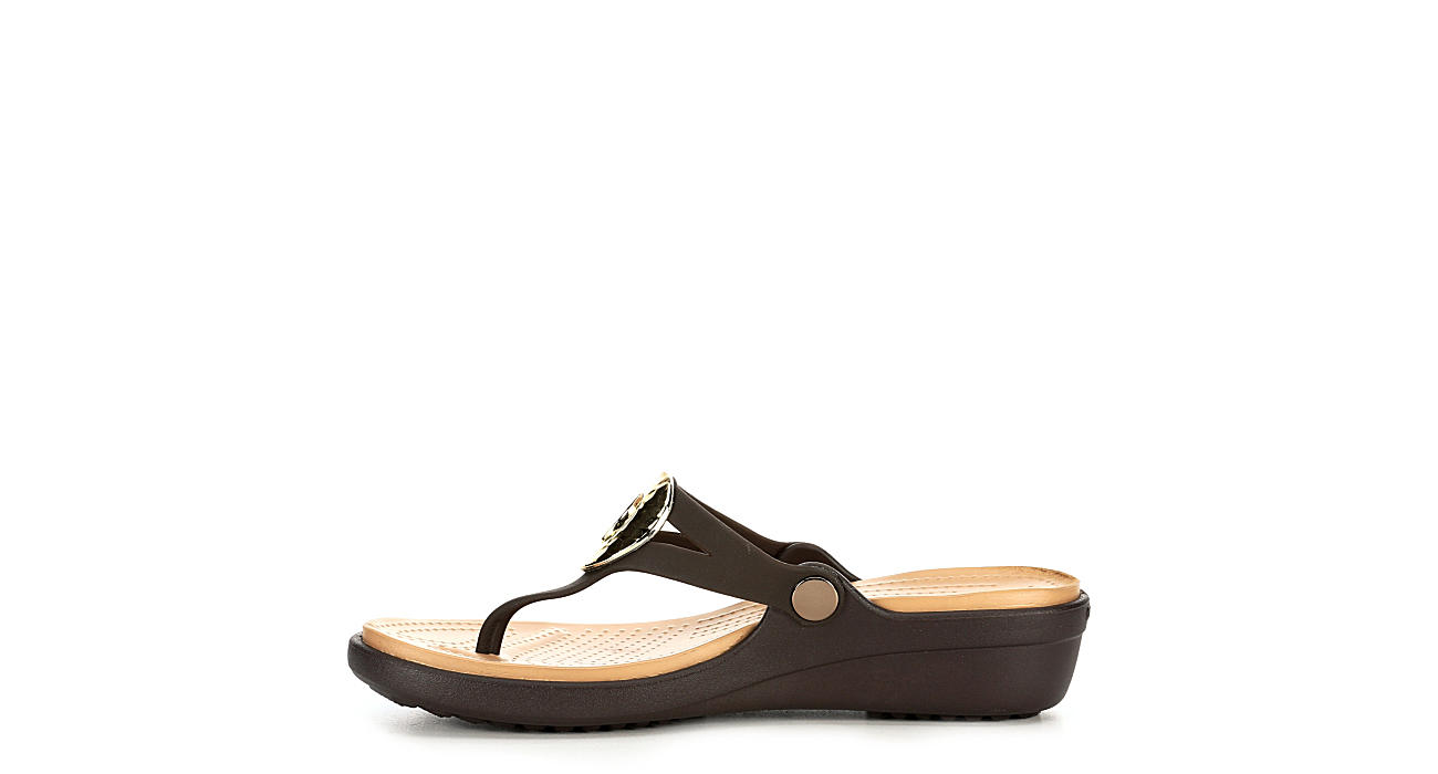 CROCS Womens Sanrah Hammered Wedge Sandal Flip - BROWN