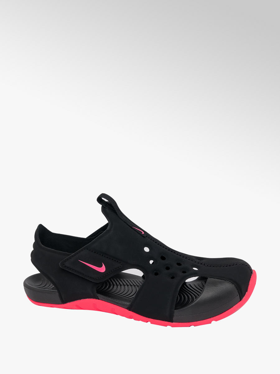 ae8303c8d2857 Nike Junior Girls Black and Pink Nike Sunray Protect Sandals | Deichmann